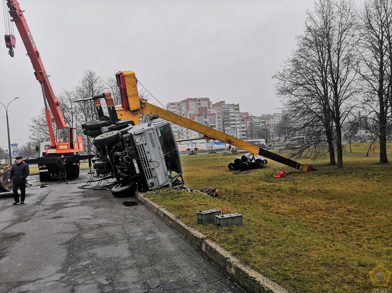 На строительной площадке в Бресте произошло опрокидывание автомобильного крана